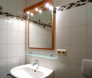 Badezimmer mit Spiegel und Licht