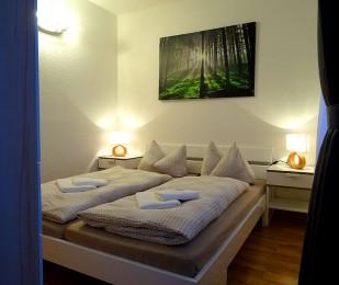 Doppelbett mit Nachtschrank