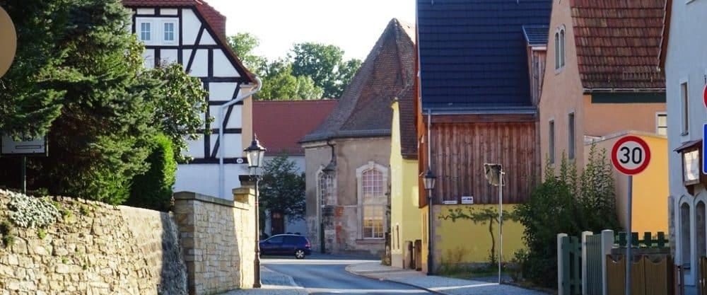 Eine alte Gasse mit historischer Bebauung. Die Straße heißt heute Altlockwitz.