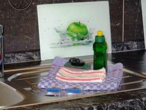 Küche mit Geschirrtuch und Reinigungsmittel