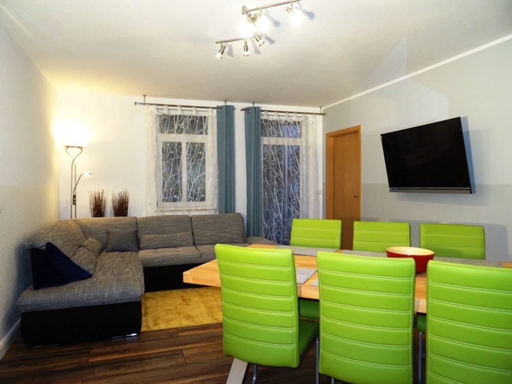 Wohnzimmer mit Essecke, Sofa, TV